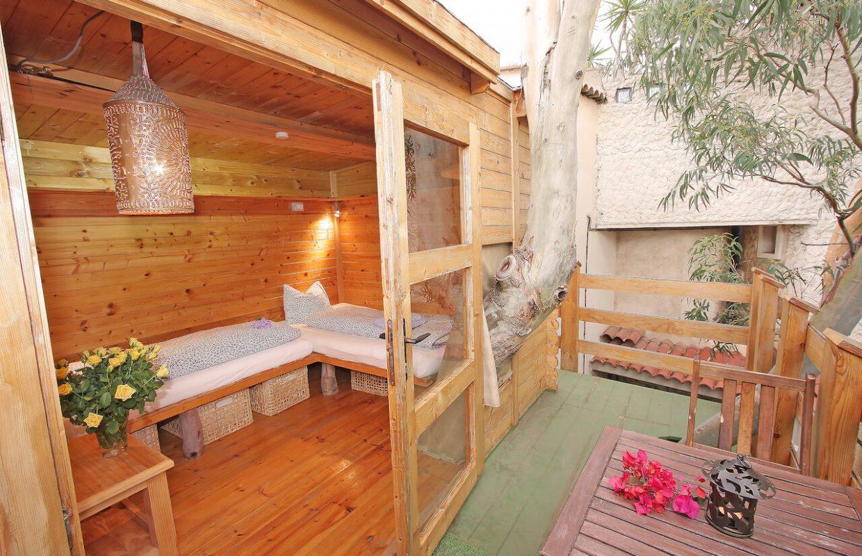 Baumhaus mit zwei Einzelbetten
